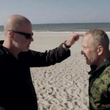 Aspirant nummer 30 får en peptalk på stranden. Korpset Sæson 1