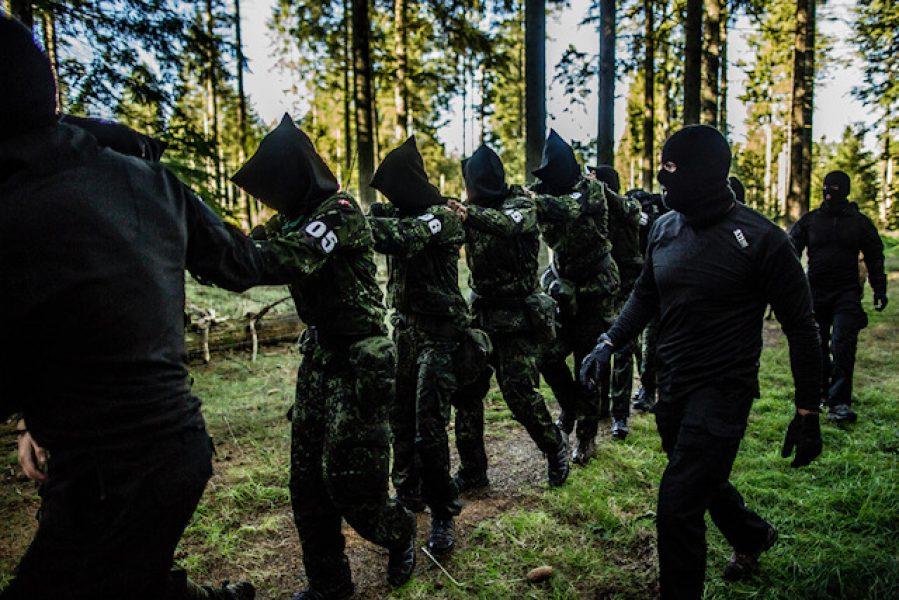 Baghold og tilfangetagelse - herefter følger grumme stresspositions og afhøringer