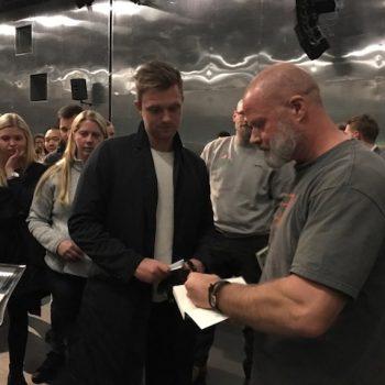 Der skrives autografer og signeres bøger efter et foredrag