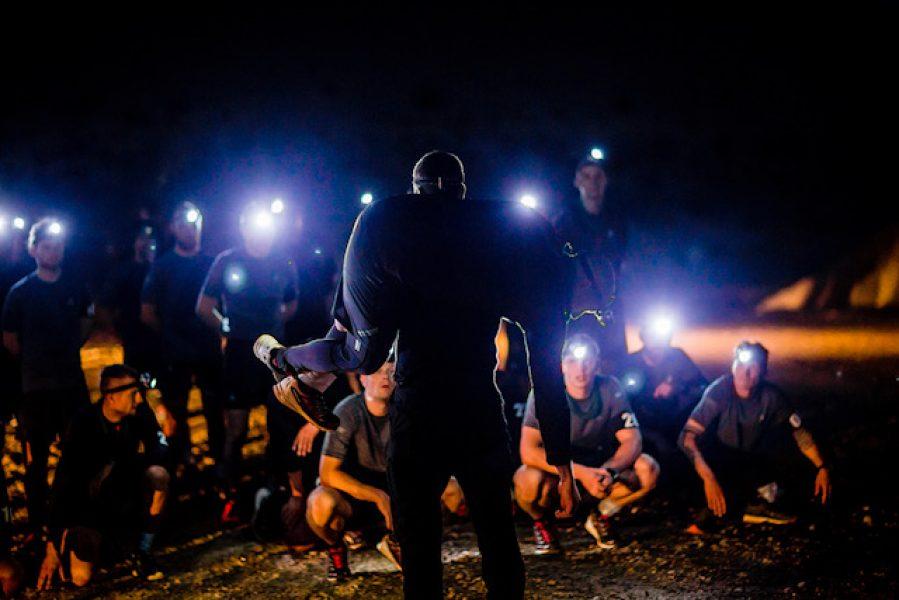 En aften i helvede - indledende instruks før det går løs i grusgraven, Sæson 1 af Korpset