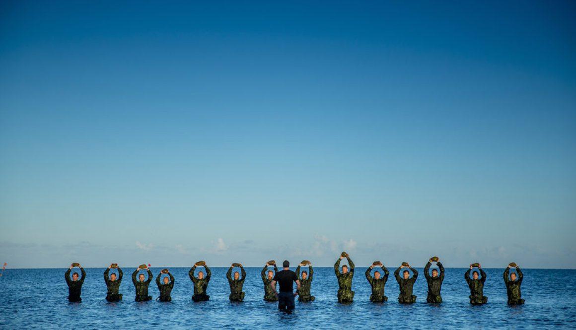 Morgensang med aspiranterne - Korpset Sæson 1. Vandtemperatur cirka 10 grader