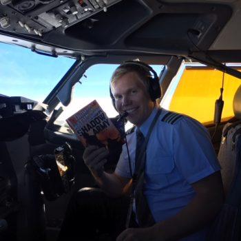 Så bliver min første roman, Shadow Army, læst i 35.000 fod